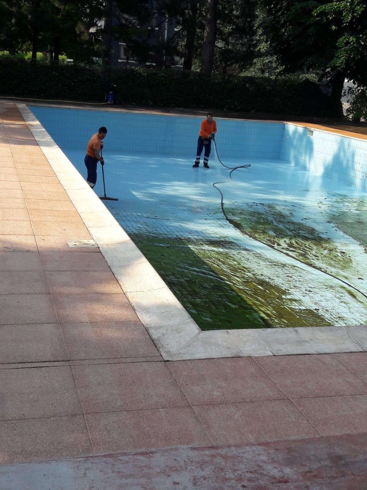 servizio di pulizia fondo piscine